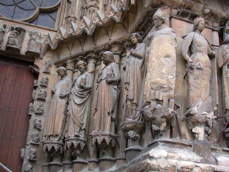 Statuer på katedralen i Reims, f.v. de hellige Stefan (?), Paulus, Jomfru Maria, Johannes evangelisten og biskop Rigobert